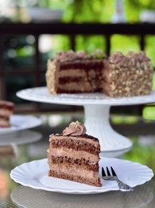 Ferrero torta Tijesto (3 puta):  ✦ 2 jaja  ✦ 6 dag šećera  ✦ 1/2 vanilin šećera  ✦ 2,8 dag margarina  ✦ 4 dag čokolade za kuhanje  ✦ 2,8 dag oštrog brašna  ✦ 1,2 dag krušnih mrvica  ✦ 1/2 praška za pecivo  Krema:  ✦ 1/2 kg sira mascarpone  ✦ 40 dag Nutelle  ✦ 1/2 l vrhnja za šlag  ✦ 10 dag prženih i sjeckanih lješnjaka