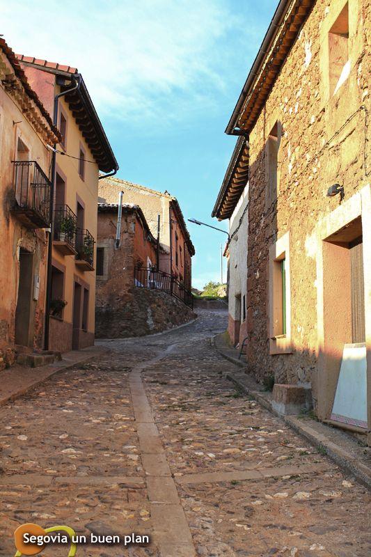 Estebanvela (Segovia) muy cerca de Ayllón y al límite de la provincia de Soria. Por el tinte de suelos y casas está enmarcada en los denominados pueblos rojos. www.segoviaunbuenplan.com