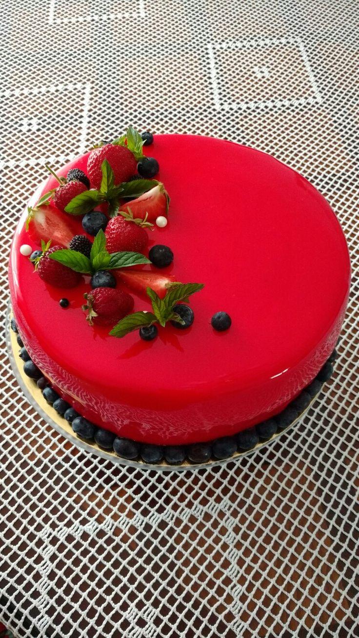 Tort na 18 urodziny Julki (z lustrzaną polewą). Autor - Słodka Sosnowa