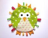 doudou à étiquettes tissu à pois et tissu vert étoilé : Peluches, doudous par nanalili http://www.alittlemaman.com/