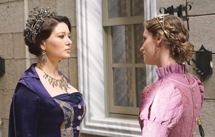Kösem Sultan (Nurgül Yeşilçay) and Princess Faria (Farah Zeynep Abdullah)