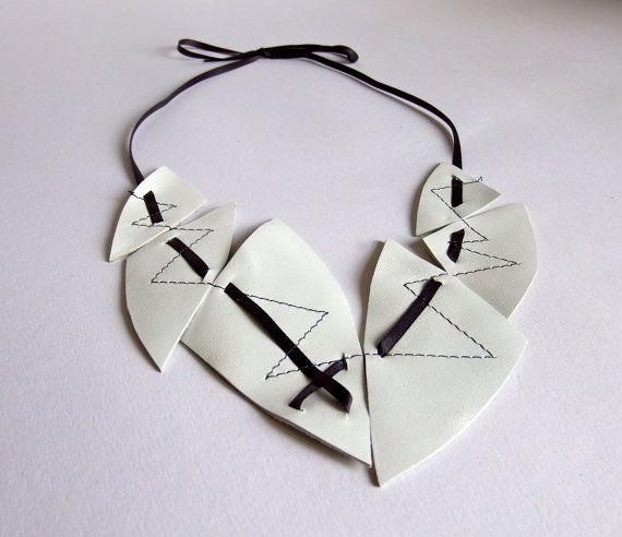 Leder Halskette, weiß, mit dunkelgrauem Satinband, Lederschmuck, Statement Kette