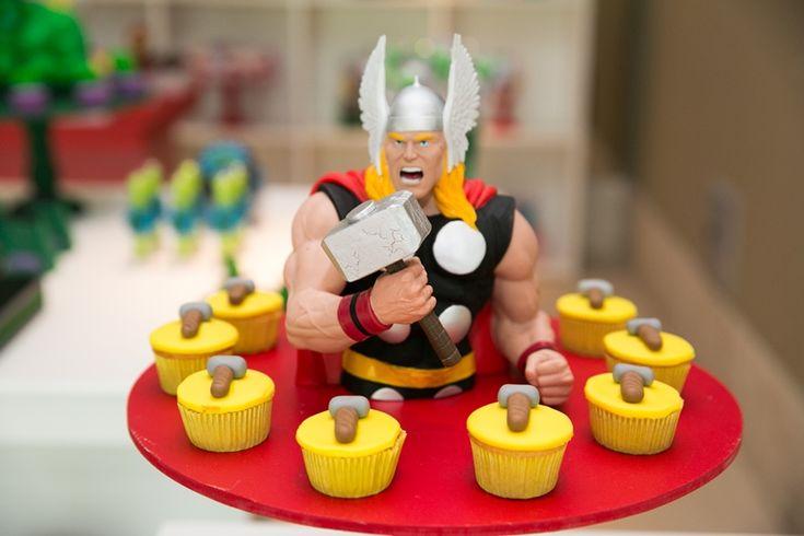 Personagem Thor para mesa do bolo e cucakes decorados para Os Vingadores - Miguel 03 anos