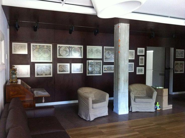 Abitazione privata, Casa delle mappe,  soggiorno con pareti rivestite in corten e collezione di mappe antiche progetto Arch.Luca Braguglia
