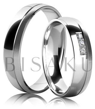 K31 Snubní prsteny z bílého zlata v lesklém provedení se saténově matným proužkem na jedné straně prstene. Dámský prsten zdobený kameny. #bisaku #wedding #rings #engagement #svatba #snubni #prsteny