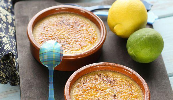 Une recette de crème brûlée aux citrons vert et jaune. Au moment de passer le chalumeau ou de les passer au grill, vous pouvez aussi ajouter un trait de limoncello, une liqueur de citron d'origine italienne.