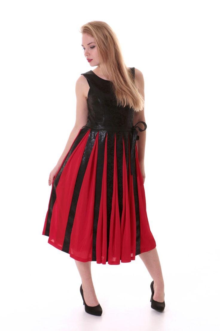 Červené šaty na ples  Šaty k ženám patří již po staletí a ani dnes tomu není jinak.  Proto v naší exkluzivní nabídce naleznete i tyto krásné šaty, které podtrhnou ženský půvab.  Kombinace červené a černé je hravá, ale přesto elegantní.  Materiál:  Šaty jsou šity z viskózy v kombinaci s polyesterem.  Údržba:  Dbejte především na šetrné praní. Doporučujeme prát šaty ručně.