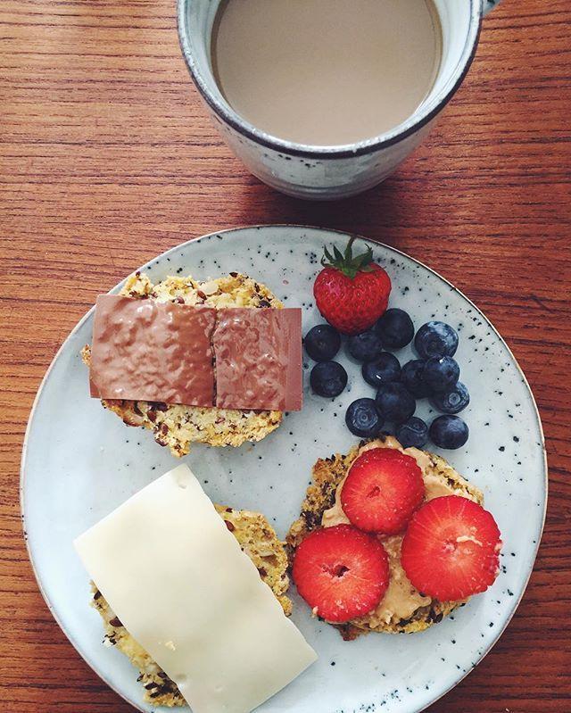 Lørdag med min skat❤️❤️ glutenfrie boller fra fryseren er helt okay ✌🏼️ #vsco #vscocam #foodvsco #health #healthy #breakfast #healthyfood #healthychoices #fit #fitfam fitfamdk pålægschokolade ost lørdag chocolate morning weekend coffee glutenfri boller