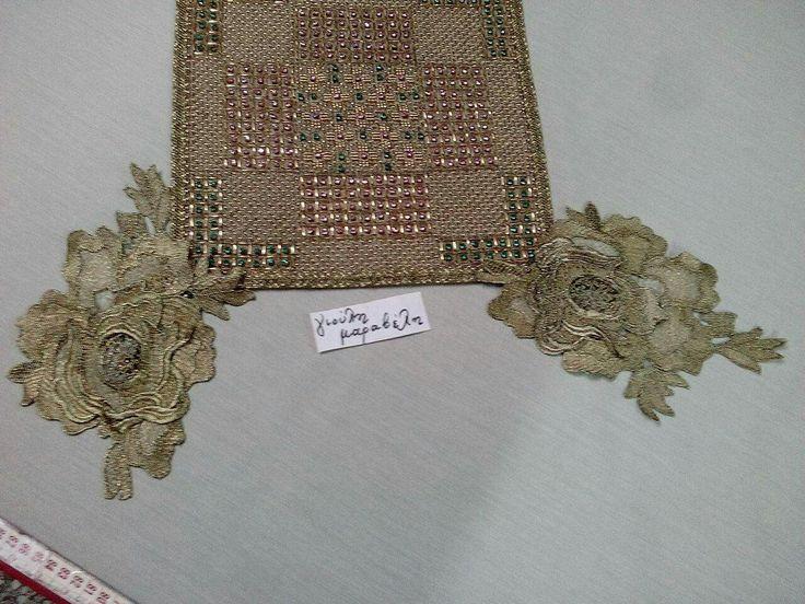 Κεντημα με στρας Τσεχίας.Τριαντάφυλλα στις γωνίες με χρυσό σκούρο. Είναι 25 εκατοστά Χ23 και τιμή 3.50 ευρώ.