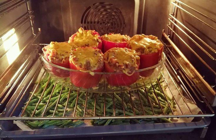 Får du gæster på besøg, og vil lave noget lækkert, så kan jeg varmt anbefale fyldte peberfrugter! Det smager himmelsk, er nemt at lave, børnene elsker det, og så er det også sundt! :-) Vi plejer at få bønnefritter til, for at variere lidt, men også for at tænke på kosten - og gerne væ