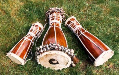 TAMBORES BATÁ: es un tambor de doble parche, tallado en madera con forma de reloj de arena con un cono más largo que el otro. Este instrumento de percusión es usado primordialmente para propósitos religiosos o semi-religiosos de la cultura yoruba, localizada en Nigeria,