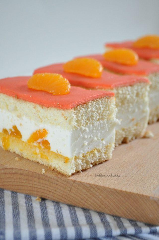 Over een paar dagen is het weer Koningsdag. Dus we hebben een recept gemaakt van mandarijngebakjes. Ze zien er een beetje uit als Tompoucen, maar dat zijn ze niet. Het is een biscuitdeeg met een heerl