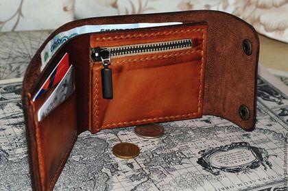 Купить или заказать Портмоне в интернет-магазине на Ярмарке Мастеров. Портмоне (кошелек кожаный) из натуральной коричневой кожи двух оттенков. Имеет 2 кармана для карт, отделение для купюр, карман для мелочи на замке и потайной кармашек для карточек и купюр.. Прошит вручную вощеной нитью. При своём скромном размере вмещает в себя всё самое необходимое. Портмоне легко умещается в кармане и не стесняет движения.
