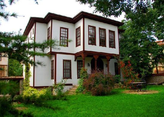 Türk kentsel tarihinin bozulmamış bir örneği olan Safranbolu, geleneksel şehir dokusu, ahşap yığma evleri ve anıtsal yapılarıyla bütünü sit ilan edilmiş ender kentlerden biri olarak UNESCO Dünya Miras Listesi'nde yer almaktadır.
