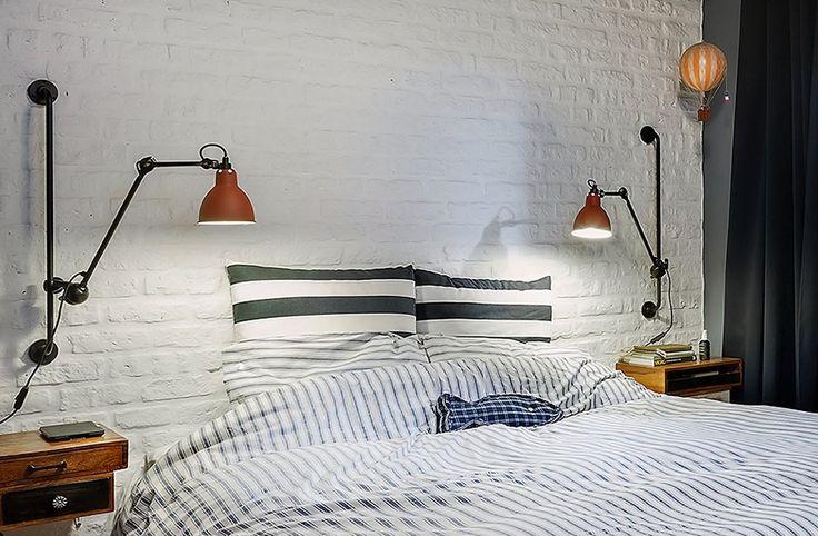 Белая кирпичная стена в спальне