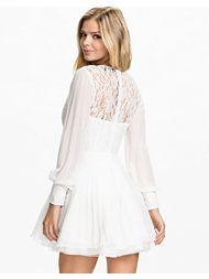 http://nelly.com/se/kl%C3%A4der-f%C3%B6r-kvinnor/kl%C3%A4der/festkl%C3%A4nningar/ax-paris-1107/lace-full-sleeve-skater-dress-710314-2350/