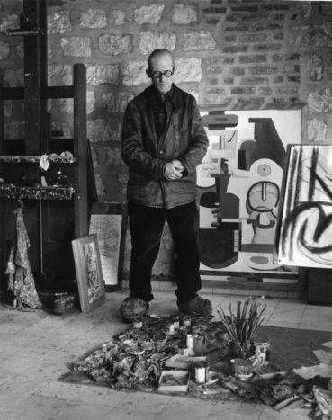 Robert Doisneau. Le Corbusier rue Nungesser et Coli  1945