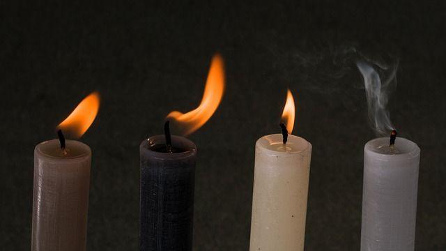S pomocí černých svíček se odedávna sesílaly ty nejhorší kletby, ale stejně tak dobře mohou posloužit k naší obraně a k zažehnání moci nepřátel a skoncování s temnou minulostí, kterou s sebou vláčíme.