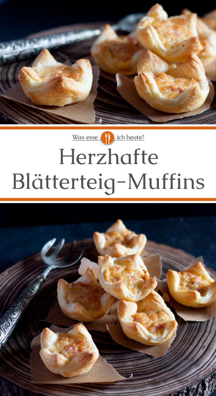 Herzhafte Blätterteig-Muffins mit Käse und Schinken sind schnell zubereitet und superlecker. Noch warm sind sie eine schmackhafte Vorspeise oder in kalter Form ein toller Beitrag zum Buffet. #rezept #rezepte #blätterteig #muffins #buffet #vorspeise #fest #silvester #ostern