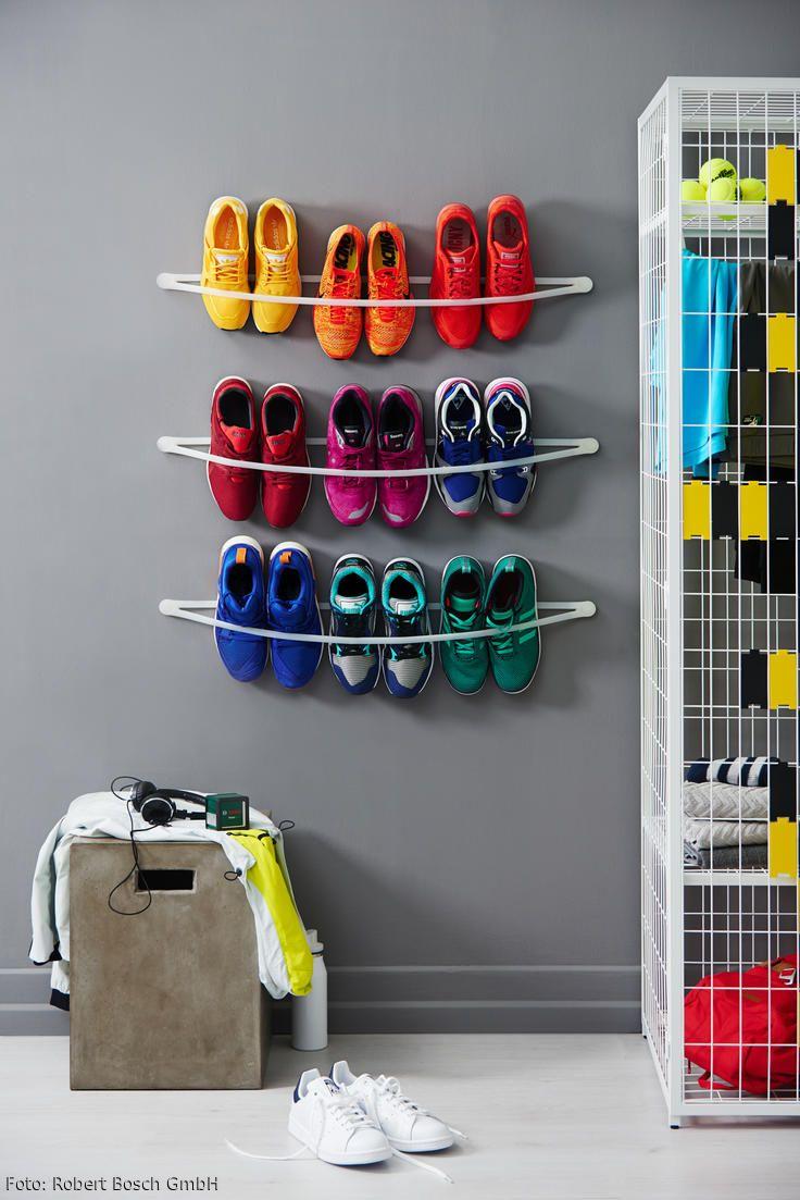 Zeigt her eure Schuhe! Mit diesem elastischen Schuhregal aus Silikonbändern sind die Lieblings-Sneaker aufgeräumt und gut sichtbar als Deko-Element an der Wand platziert. Eine trendige Halterung, die modernes Design mit Funktio- nalität kombiniert und enorm flexibel daherkommt. Mit den passenden Werkzeugen von Bosch ist der praktische Helfer aus Silikon im Nu an der Wand installiert und bringt zusätzlichen Stauraum, auch in kleinere Apartments.