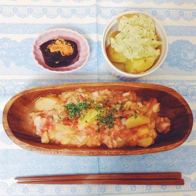 いつかのご飯。  ジャガイモでサラダを作ったら、  トマトと玉ねぎの汁でベシャベシャになって、  いつの間にか冷製スープになってた!!!((((;Д)))))))w  人参の葉っぱを乾燥させたものを振りかけてメインディッシュに。❤️ あとは、またまたジャガイモにアボカドタルタルをのせて、  あとは大好物の昆布巻き。  よくわからない組み合わせだけど、見た目はお洒落にできたかな??? #おうちごはん #手作り#ジャガイモ #変な組み合わせ #冷製スープ #アボカドタルタル #yum #yummy #instacook #instahealh #beauty  #instagood #cooking