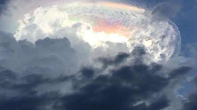 """il s'agit d'un épisode météorologique rare nommé """"nuage iridescent"""". """"La luminescence (émission de lumière, ndlr) colorée est due à la lumière du soleil qui se reflète dans des gouttelettes et des cristaux de glace présents dans le nuage"""","""
