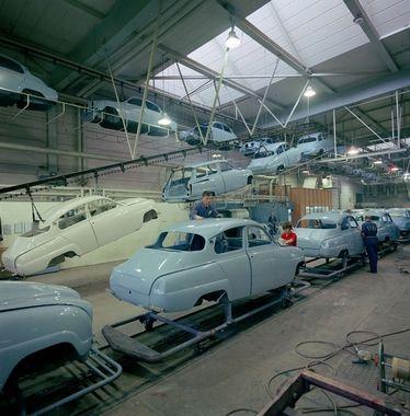"""Saab 96 på löpande bandet i fabriken i Trollhättan.  English """"Saab 96 on the assembly line in the factory in Trollhättan."""""""