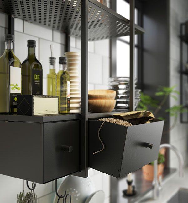 In een kleine keuken is je muur de enige plek om uit te breiden. Met open planken, een rek of stellage benut je elke vierkante meter. Hou het overzichtelijk met grote manden of bakken. | STUDIObyIKEA IKEA IKEAnl IKEAnederland HowTo HowToStyle Keuken Koken Opruimen Opbergen Stylen Styling Tip Tips FALSTERBO Wandplank Wandrek