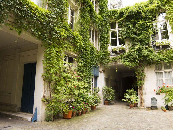 Location vacances appartement Enfants-Rouges: Vue de la cour verdoyante de l'immeuble
