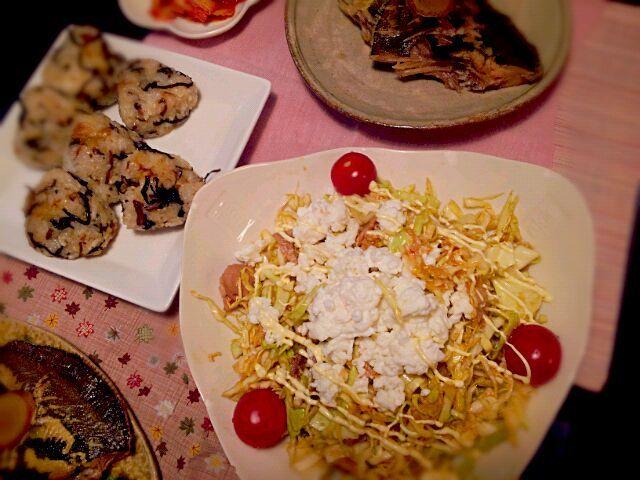 オニオンフライと塩をのおにぎりは、友達からも人気があって、よく作ります。 美味しいのでお試しあれ♪ - 13件のもぐもぐ - ☆カレイの煮方 ☆オニオンフライと塩昆布のおにぎり ☆キャベツと豚肉のサラダ ☆キムチ by rietantan