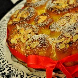 Ett ljuvligt recept på saftiga saffransbullar som är fyllda med vaniljsocker och smör. Söta och goda bullar som går utmärkt att frysa in.