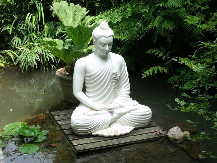 statue de jardin zen - Bouddha en pierre blanche en position du Lotus et végétation copieuse
