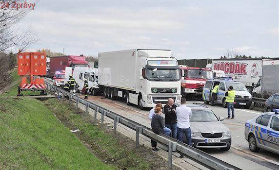 Dálnici D1 u Domašova ucpala nehoda tří aut, na místo letěl vrtulník