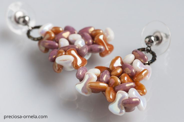 """Design: Katerina Krausova  PRECIOSA ORNELA presents the new PRECIOSA Tee™ pressed bead from the PRECIOSA Traditional Czech Beads™ brand. Its dimensions of 2 x 8 mm conform to the current trend in mini-beads. The axially symmetrical flat shape of the letter """"T"""" enables the application of vacuum half-coatings on both sides of the bead with the resulting effect of an allover coating and other popular surface coatings. The strung beads closely interlock and create an interesting zip effect. It…"""