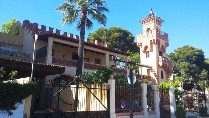 """Villa con #Torre. El estilo #afrancesado de cada una de estas #villas de Benicàssim, así como la presencia en ellas de personajes reconocidos de la alta sociedad, generaría el apodo de #Benicàssim como el """"Biarritz de #Levante""""."""