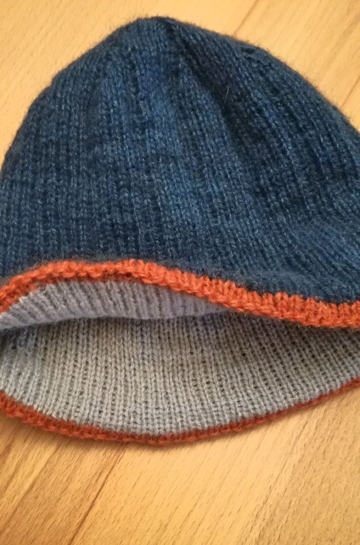 Männer wollen oft schlichte Mützen, aber ich stricke dann doch gern etwas, was zumindest ein kleines interessantes Detail hat. Diese Mütze ist doppelt aus Possumgarn gestrickt, damit sie auch wirkl…