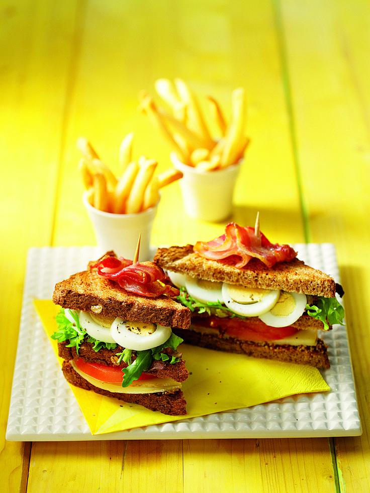 Κλαμπ σάντουϊτς με αβγό τυρί καπνιστό και τραγανό μπέικον