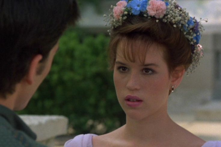 Molly Ringwald,la pelirroja protagonizó películas tan icónicas como La chica de rosa, El Club de los Cinco o Dieciséis Velas, dónde lucía esta bella corona de flores.