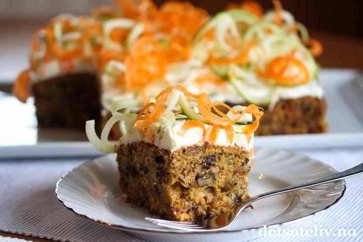 Sponset innlegg. Hei folkens! Er det noe som er populært å bake på høsten (i tillegg til eplekaker da), så er det gulrotkake! Denne spennende varianten inneholder revet squash i tillegg til revet gulrot. Squashen kjenner mani grunnen ikke smaken på i det hele tatt, men gjør gulrotkaken ekstra saftig. Det er dermed ingen grunn til å la seg skremme...  Kaken inneholder i tillegg brunt sukker, krydder, valnøtter og rosiner og dekkes med deilig ostekrem.  For å få frem de fine…