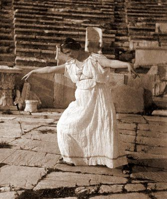 This is Isadora Duncan, 1903 Isadora Duncan's genius inspired other modern dancers of her time to create their own individual styles. She also inspired many painters, photographers and other artists who tried to catch Isadora's essence through the movement of her dance