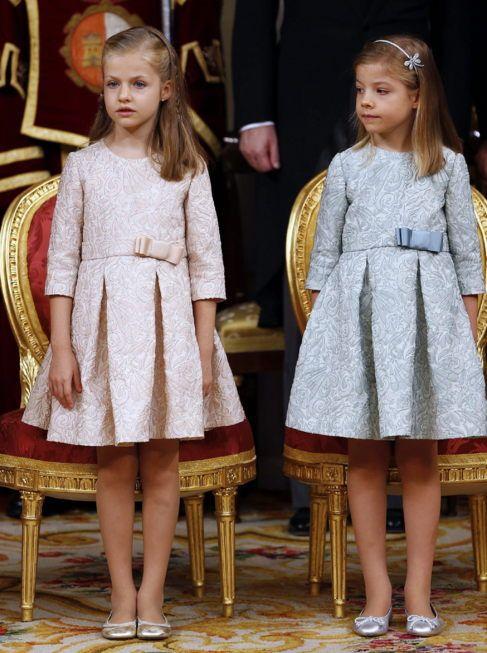 La Princesa de Asturias Leonor (i) y su hermana, la infanta Sofía...
