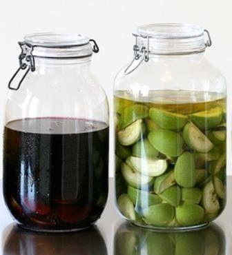 NOCINO Il nocino è un liquore tipico dell'Emilia, preparato in vicinanza alla festa di San Giovanni Battista.