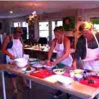 Workshop Italiaans Koken - Kookworkshop - 3-gangen diner - Woerden - Buon Appetito - In deze Workshop Italiaans Koken, een kookworkshop voor een 3-gangen diner bij Buon Appetito, maak je samen met de andere deelnemers een door onze kok zorgvuldig samengesteld menu klaar op basis van een drie-gangen diner: soep of antipasto, primo (pasta) of secondo (vlees of vis) en dessert. Uiteraard is het ook tegelijk genieten van je eigen gerechten en van de authentieke Italiaanse keuken. Klik hier voor…