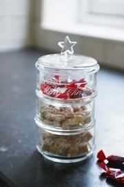 EMMA; ASSISTENT STOREMANAGER HOOFDDORP  Met mooie, gevulde glazen potten creëer je in een handomdraai gezelligheid in je keuken of op de koffietafel. Deze Stackable Jar vul ik met kerstkransjes en kerstchocolaatjes, meteen het kerstgevoel in huis!
