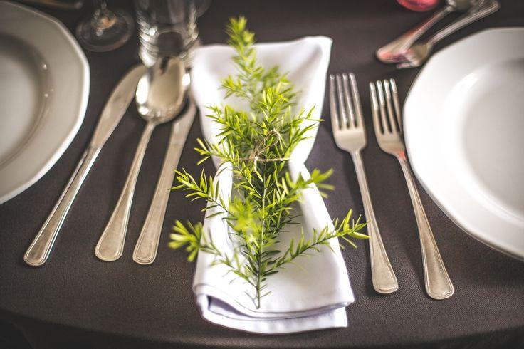 Dekoracja sztućców / cutlery decoration #decoration #wedding #flowers #rustic #lavender #napkin #cutlery