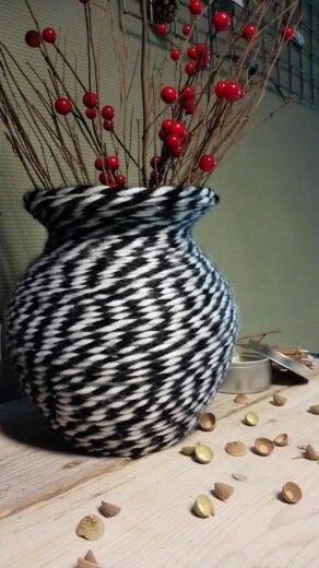 (Eerste opdr. Leerjaar 1) Van zwart witte sjaal tot vaas in een mooi herfst sfeertje. Op school gepresenteerd en voor het hele proces + eind resultaat (ontwerpen en maken van de vaas + het stylen van mijn plekje in de school) een mooie 8 gehaald :)