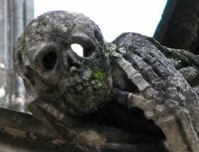 La gargouille qui pleure gargouilles sculptés probablement au 19ème siècle, comme ce squelette qui pleure par ses orbites vides lorsque la pluie ruisselle sur les flancs de la cathédrale.