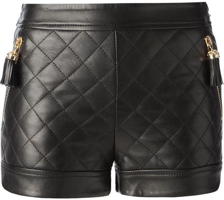 €1,189, Pantalones Cortos de Cuero Acolchados Negros de Moschino. De farfetch.com. Detalles: https://lookastic.com/women/shop_items/94902/redirect                                                                                                                                                                                 Más