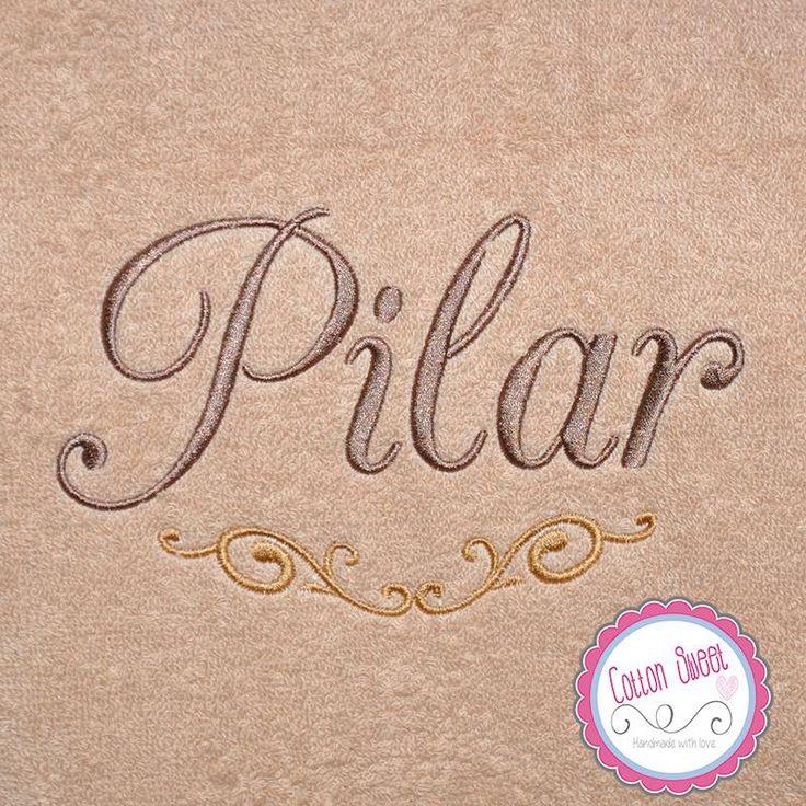 Elegante toalla bordada y personalizada para nuestra clienta Pilar, escogió una rúbrica en dorado a juego con su cuarto de baño.