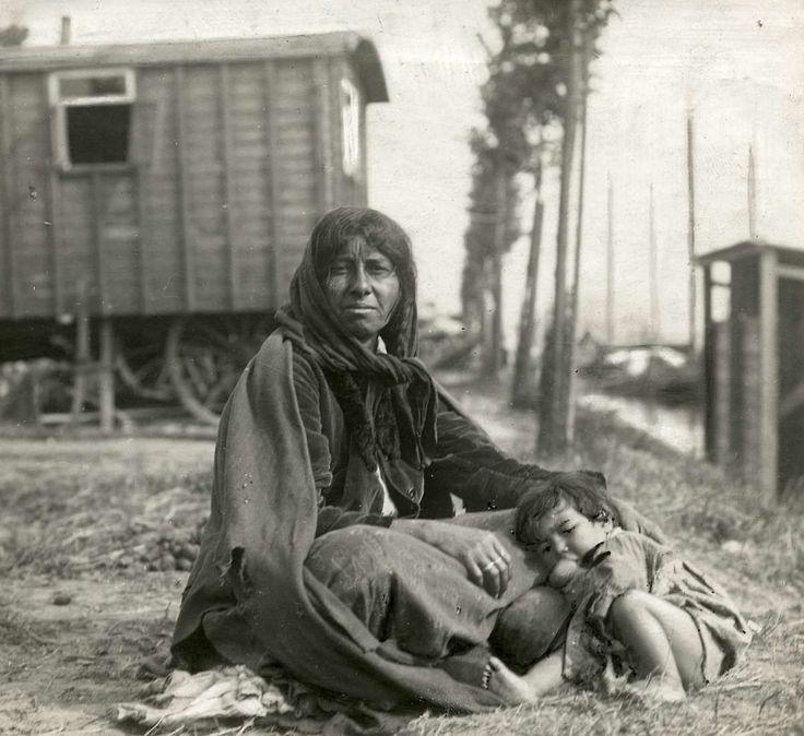 Zigeuners : Moeder met kind die in het Zigeunerkamp aan de Noordoever wonen. Nederland, Amsterdam, 1917.
